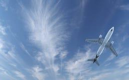 Vuelo de los aviones de pasajero en cielo azul fotos de archivo