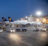 Vuelo de Lufthansa en la puerta Imagenes de archivo