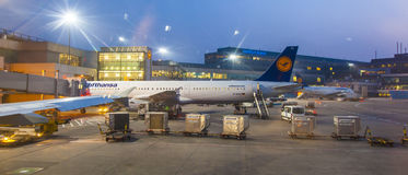 Vuelo de Lufthansa en la puerta Fotos de archivo libres de regalías