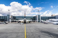 Vuelo de Lufthansa en la puerta en Francfort Fotografía de archivo