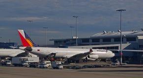 Vuelo de Philippine Airlines conectado con el aerobridge en Sydney Airport Imagen de archivo libre de regalías