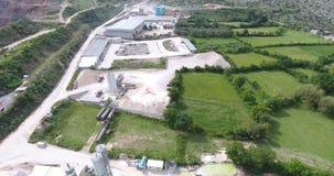 Vuelo de Quadcopter sobre el territorio de una planta concreta almacen de metraje de vídeo
