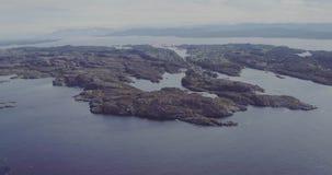 Vuelo de redes de pesca en el agua del fiordo sobre las islas rocosas almacen de metraje de vídeo