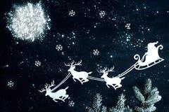 Vuelo de Santa Claus y del reno a través del cielo nocturno Imagen de archivo