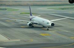 Vuelo de Thai Airways que grava a la puerta en el International de Suvarnabhumi Imagen de archivo