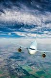 Vuelo de un avión de pasajeros Imagen de archivo libre de regalías
