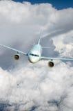 Vuelo de un avión de pasajeros Fotografía de archivo