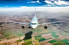 Vuelo de un avión de pasajeros Fotos de archivo libres de regalías