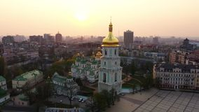Vuelo del abejón alrededor de la catedral de Sophia del santo, Kiev, Ucrania almacen de video