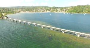 Vuelo del abejón de la visión aérea sobre lugar exótico del beautidul con un puente 4K almacen de metraje de vídeo