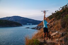 Vuelo del abejón en la puesta del sol sobre el mar Hombre que aterriza el abejón del aire fotos de archivo libres de regalías