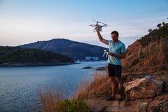 Vuelo del abejón en la puesta del sol sobre el mar Hombre que aterriza el abejón del aire foto de archivo libre de regalías
