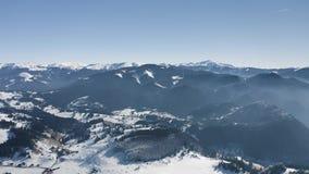 Vuelo del abejón hacia cordillera de los picos nevosos