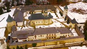 Vuelo del abejón sobre el monasterio de Putna almacen de video