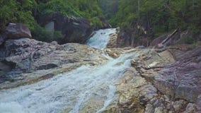 Vuelo del abejón sobre la cascada del río de la montaña con la cascada