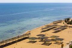 Vuelo del abejón sobre la playa de la arena de Crimea Fotografía de archivo libre de regalías