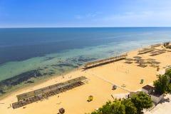 Vuelo del abejón sobre la playa de la arena de Crimea Fotos de archivo