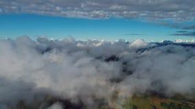 Vuelo del abejón sobre las nubes con un cielo azul hermoso metrajes