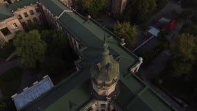 Vuelo del abejón sobre los tejados de la ciudad vieja almacen de metraje de vídeo