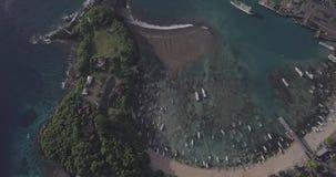 Vuelo del abejón sobre vista al mar magnífica de la bahía de Padang incluyendo las calles, naves, barcos, playa en Bali, Indonesi almacen de video