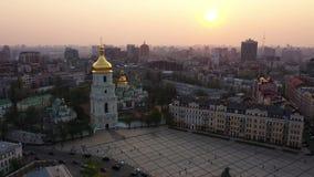 Vuelo del abej?n alrededor de la catedral de Sophia del santo, Kiev, Ucrania almacen de metraje de vídeo