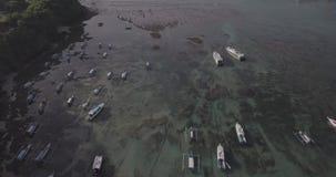 Vuelo del abej?n sobre vista al mar magn?fica de la bah?a de Padang incluyendo las calles, naves, barcos, playa en Bali, Indonesi almacen de metraje de vídeo