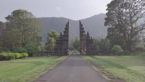 Vuelo del abej?n sobre vista imponente de las puertas y de la monta?a de piedra en Bali, Indonesia metrajes