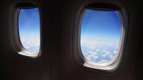 Vuelo del aeroplano Ala de un vuelo del aeroplano sobre las nubes con el cielo de la puesta del sol Visi?n desde la ventana del a almacen de video