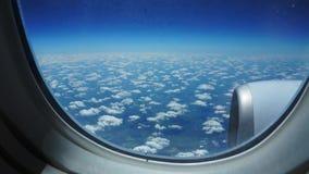 Vuelo del aeroplano Ala de un vuelo del aeroplano sobre las nubes con el cielo de la puesta del sol Visi?n desde la ventana del a metrajes