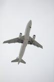 Vuelo del aeroplano de arriba Imagenes de archivo