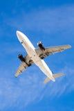 Vuelo del aeroplano de arriba con el cielo azul Imágenes de archivo libres de regalías