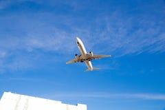 Vuelo del aeroplano de arriba con el cielo azul Foto de archivo libre de regalías