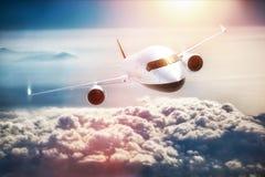 Vuelo del aeroplano del pasajero en la puesta del sol, cielo azul Fotos de archivo