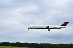 Vuelo del aeroplano (Delta Airlines) Imagenes de archivo
