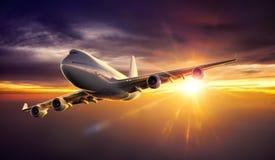 Vuelo del aeroplano durante puesta del sol stock de ilustración