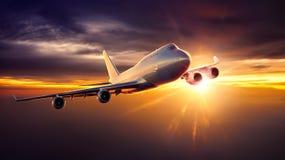Vuelo del aeroplano durante puesta del sol ilustración del vector
