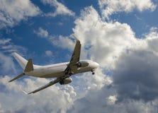 Vuelo del aeroplano en cielo con las nubes Imágenes de archivo libres de regalías