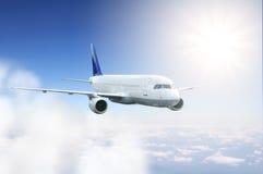 Vuelo del aeroplano en el cielo Fotos de archivo libres de regalías