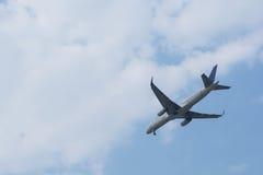 Vuelo del aeroplano en el cielo Fotos de archivo
