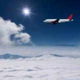 Vuelo del aeroplano en la mucha altitud sobre las nubes Imagen de archivo libre de regalías
