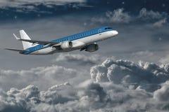 Vuelo del aeroplano en la noche Fotografía de archivo libre de regalías