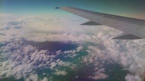Vuelo del aeroplano en las nubes Visión a través de una ventana del aeroplano traveling almacen de metraje de vídeo