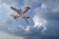 Vuelo del aeroplano modelo en nubes imagen de archivo libre de regalías