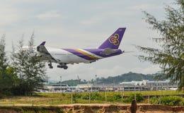 Vuelo del aeroplano del pasajero en el aire imagen de archivo
