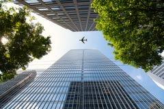 Vuelo del aeroplano por los edificios modernos del rascacielos en Atlanta fotografía de archivo