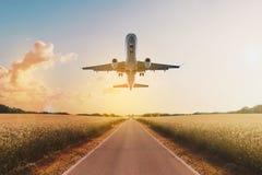 Vuelo del aeroplano sobre el camino vacío en el paisaje rural - viaje co imagen de archivo libre de regalías