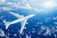 Vuelo del aeroplano sobre las nubes libre illustration
