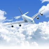 Vuelo del aeroplano sobre las nubes Foto de archivo libre de regalías