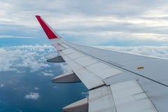 Vuelo del aeroplano sobre las nubes Fotografía de archivo libre de regalías