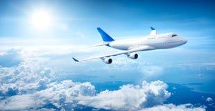 Vuelo del aeroplano sobre las nubes fotos de archivo